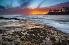 Mycket färgrik solnedgång i Laguna Beach Arkivbild