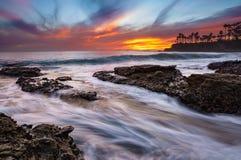 Mycket färgrik solnedgång i Laguna Beach Arkivbilder
