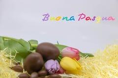 Mycket färgrik text Buona Pasqua är den lyckliga påsken som är skriftlig i italienare för påsk royaltyfria bilder