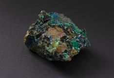 Mycket färgrikt prov av Linarite med Brochantite från Chile royaltyfria foton
