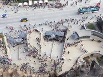 Mycket folk framme av Sagradaen Familia Arkivfoto