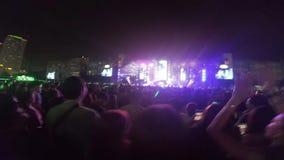 Mycket folk i konsert på Bangkok lager videofilmer