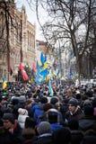 Mycket folk kom på självständighetfyrkanten under revolution i Ukraina royaltyfria foton