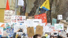 Mycket folk kom till demonstrationen Postering med en man arkivfilmer