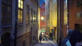 Mycket folk på de festliga gatorna av Stockholm Jul semestrar garneringar och belysningar i det smalt arkivfilmer