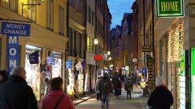 Mycket folk på de festliga gatorna av Stockholm Jul semestrar garneringar och belysningar i det smalt lager videofilmer