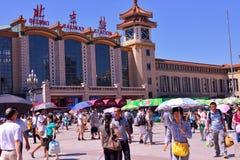 Mycket folk på Pekingjärnvägsstationfyrkanten Fotografering för Bildbyråer