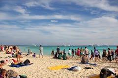 Mycket folk på stranden av ön Fotografering för Bildbyråer