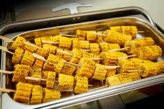 Mycket Fried Corn stek på en pinne Gatamat royaltyfri fotografi