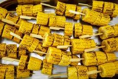 Mycket Fried Corn stek på en pinne Gatamat arkivbilder