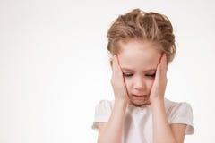 Mycket frustrerat för ung flicka som isoleras på vit bakgrund arkivbilder