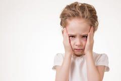 Mycket frustrerat för ung flicka som isoleras på vit bakgrund royaltyfri bild