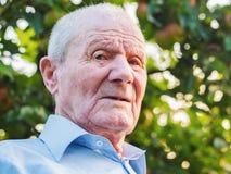 Mycket gamal manstående Farfadern ser till kameran Stående: åldrats äldre, högt Närbild av att sitta för gamal man arkivbilder