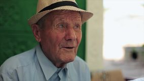 Mycket gamal manstående med sinnesrörelser SAD farfar arkivfilmer