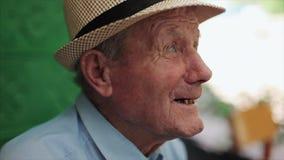 Mycket gamal manstående med sinnesrörelser Talande pensionär arkivfilmer