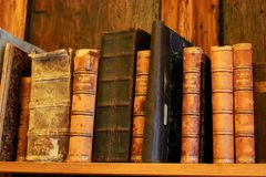Mycket gamla böcker på hyllan arkivfoto