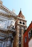 Mycket gamla byggnader trängde ihop inre Venedig arkivbilder