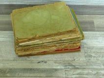 Mycket gamla sönderslitna böcker på för stilträ för tappning lantlig bakgrund royaltyfria foton