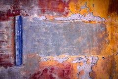 Mycket gammal betongvägg med sprickor passande för bakgrund Arkivfoto