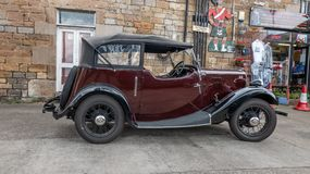 Mycket gammal beträffande bil men fortfarande i huv royaltyfri fotografi