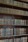 mycket gammal bokhylla Fotografering för Bildbyråer