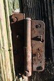 Mycket gammal dörr med rostiga gångjärn royaltyfri fotografi