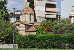 Mycket gammal grekisk ortodox kyrka i mitten av Aten Royaltyfri Bild