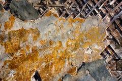 Mycket gammal gul vägg med sprickor passande för bakgrund Arkivfoton