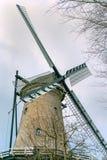 Mycket gammal holländsk tappningväderkvarn arkivfoto
