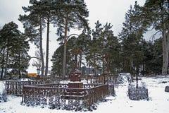 Mycket gammal kristen kyrkogård i vinterdag royaltyfria bilder