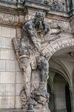 Mycket gammal lag av den läskiga grindvaktaren, medeltida krigare med vapnet i historiskt centrum av Dresden, Tyskland arkivfoton