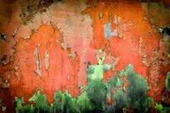 Mycket gammal röd grön vägg med sprickor passande för bakgrund Royaltyfria Bilder