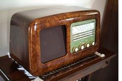 Mycket gammal radio med briarstrukturen royaltyfria bilder