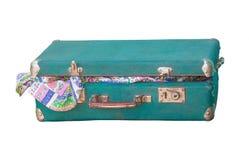 Mycket gammal resväska som är öppen med gammal kläder Arkivfoto