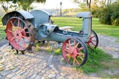 Mycket gammal retro traktor Fotografering för Bildbyråer