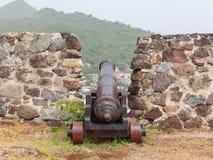 Mycket gammal rostad kanon överst av en gammal vägg Royaltyfri Fotografi