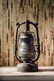 Mycket gammal rostig fotogenlampa, en linnevitbakgrund Royaltyfri Foto