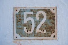 Mycket gammal rostig platta för husnummer 52 Royaltyfri Fotografi
