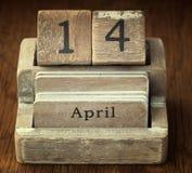 Mycket gammal trätappningkalender som visar den datum14th April nollan Arkivbild