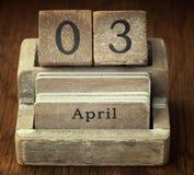 Mycket gammal trätappningkalender som visar på datumet 3rd April Royaltyfria Bilder