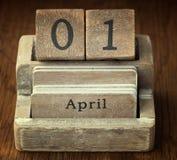 Mycket gammal trätappningkalender som visar på datumet 1st April Royaltyfria Bilder