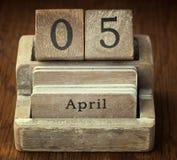 Mycket gammal trätappningkalender som visar på datumet 5th April Arkivbilder