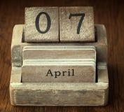 Mycket gammal trätappningkalender som visar på datumet 7th April Royaltyfri Fotografi