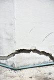 Mycket gammal vägg med en spricka på den Royaltyfria Foton