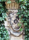 Mycket gammal väggväggmålning på ett övergett förstört staket i Bucharest Arkivfoto