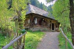Mycket gammalt byhus av journaler Royaltyfri Foto