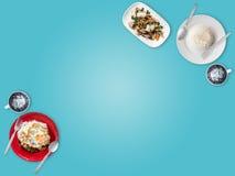 Mycket gemensam lokal thailändsk matbakgrund för presentation royaltyfri bild