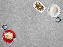 Mycket gemensam lokal thailändsk matbakgrund för presentation royaltyfria foton