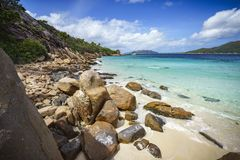 Mycket granit vaggar på en kust på Seychellernaen Arkivfoto