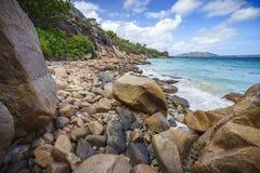 Mycket granit vaggar på en kust på Seychellernaen 118 Arkivbild